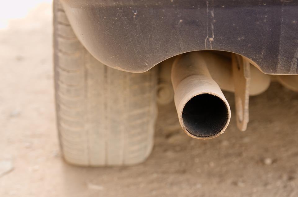 automobilis dumina baltais dumais Atsakyta į klausimą kodėl  automobilis dumina baltais dumais