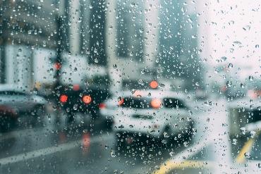 rūkas ant automobilio priekinio lango Išsiaiškinkime galimas priežastis kodėl rūkas ant automobilio priekinio lango